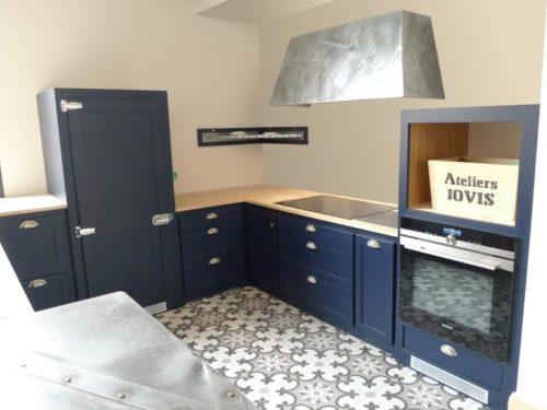 Ateliers JOVIS : Cuisine bleue avec bar en Zinc